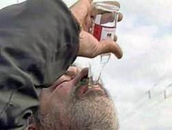 Почему алкоголики теряют самоконтроль?